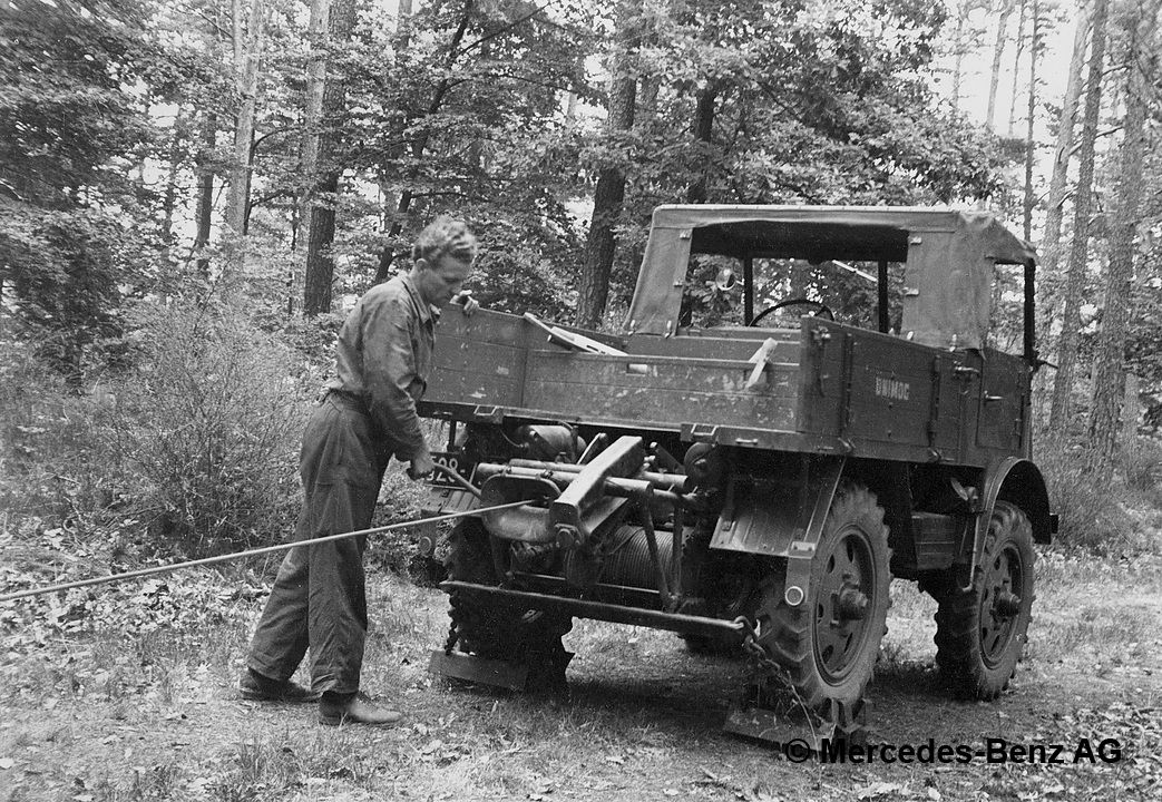 unimog u25, model series 2010 moving logs with the rear mounted winch
