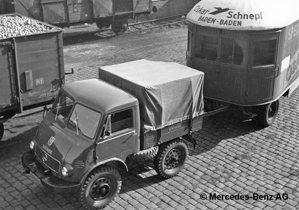 unimog u25, model series 401 tractor unit of a removal company