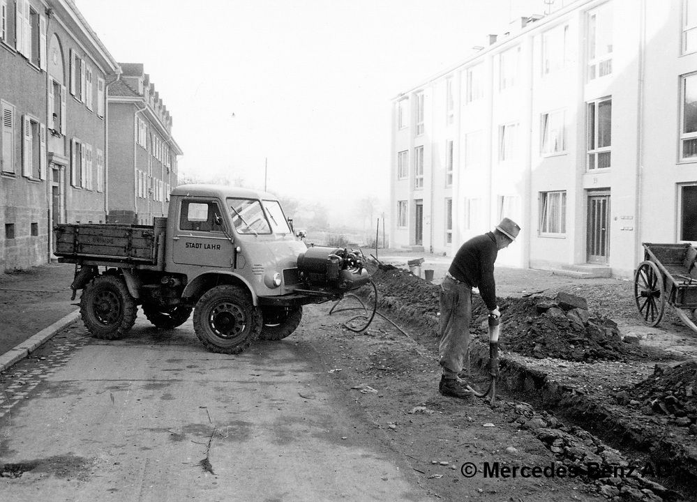 unimog u25, model series 401 with front mounted compressor for operating pneumatic tools