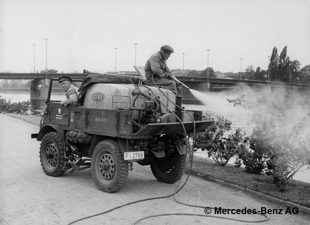 unimog u25, model series 401 with mounted tank during pest control operations