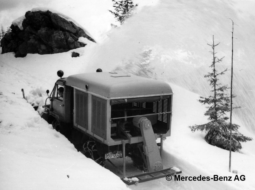 unimog u25, model series 402 with beilhack snow blower driven by an om 321 engine