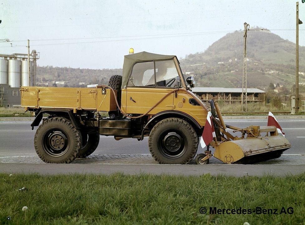 unimog, model series 421 with schmidt detachable sweeper in street cleaning operations 1