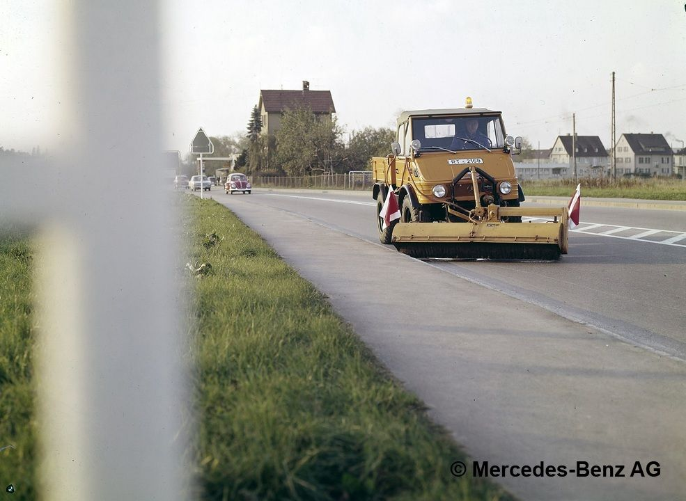 unimog, model series 421 with schmidt detachable sweeper in street cleaning operations