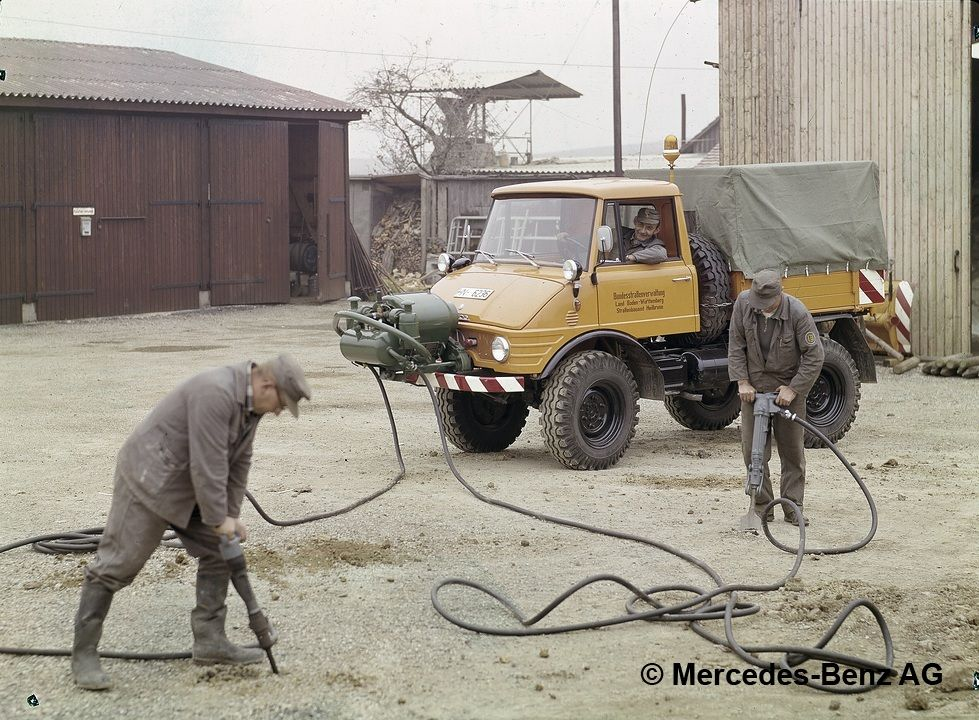 unimog, model series 421 with detachable compressor for operating pneumatic tools 5
