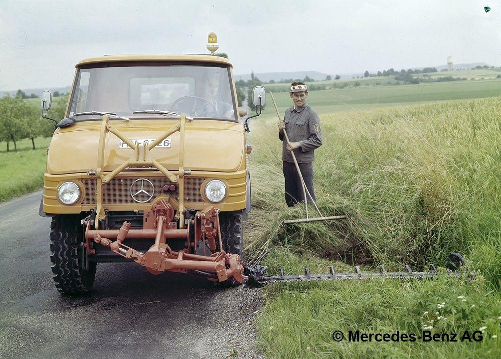 unimog, model series 421 with mower boom mowing the roadside greenery 2