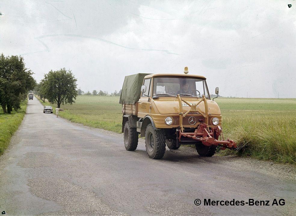unimog, model series 421 with mower boom mowing the roadside greenery 3
